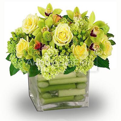 Composizione di Rose e fiori di Orchidea in vaso di vetro