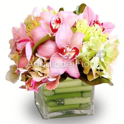 Composizione con fiori di Cymbidium rosa in vaso di vetro