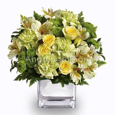 Composizione di fiori gialli in vaso di vetro
