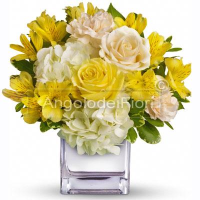 Composizione in giallo con rose e fiori misti