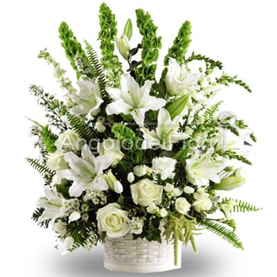 Composizione Floreale per compleanno con rose e lilium bianchi