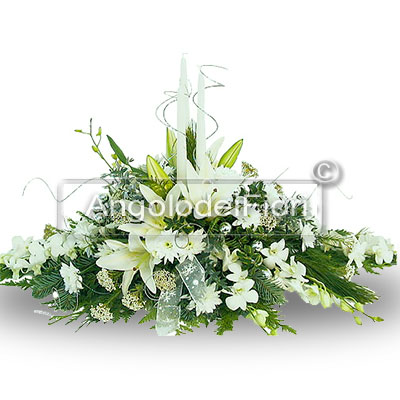 Christmas centerpiece with white flowers to give an emotion.