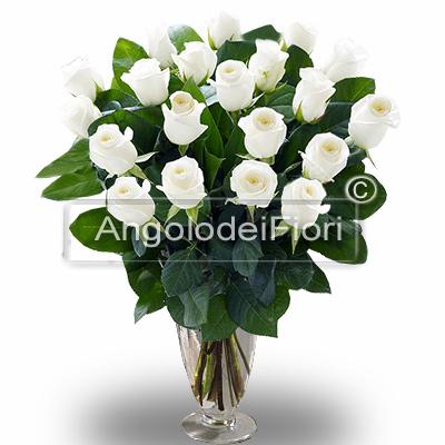 Per il suo compleanno acquista un fascio di 24 rose bianche