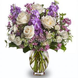 Bouquet di rose rosa e fiori lilla