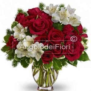 Bouquet con rose rosse per Natale